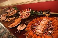 Tabella riempita di molti dessert Fotografia Stock