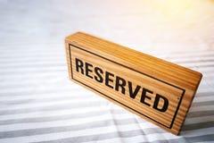 Tabella riservata segno di legno riservato sulla tavola per prenotazione pl Fotografie Stock Libere da Diritti
