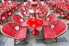 Tabella & sedie rosse Fotografia Stock Libera da Diritti
