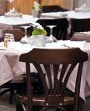 Tabella servita del ristorante della via Fotografie Stock