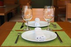 Tabella servita nel ristorante Fotografia Stock Libera da Diritti