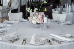 Tabella servita nel ristorante disposizione bianca pulita dei piatti su una tovaglia bianca immagini stock libere da diritti
