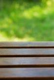 Tabella su un fondo verde all'aperto Fotografia Stock