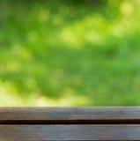 Tabella su un fondo verde all'aperto Immagini Stock