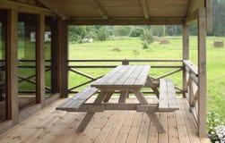 Tabella su un terrazzo di legno Fotografia Stock