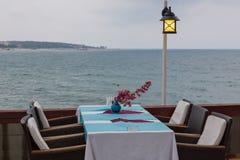 Tabella in un caffè dal mare Fotografia Stock