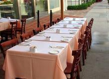 Tabella vuota con le regolazioni di posto ad una via Café Fotografia Stock Libera da Diritti