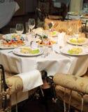 Tabella vuota di cerimonia nuziale in ristorante fine Immagini Stock Libere da Diritti