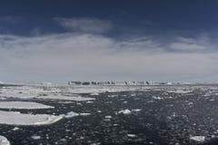 Tabellarische Eisberge im Ozean Stockbild