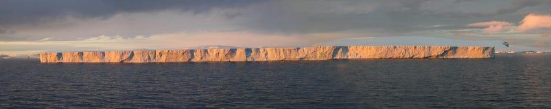 Tabellarischer Eisberg, Sonnenuntergangglühen Stockbild