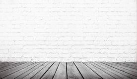 Tabelle über weißer Backsteinmauer lizenzfreie stockfotos