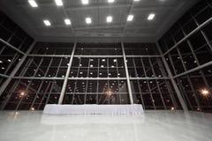 Tabelle abgedeckt mit weißer Tischdecke in der Vorhalle Lizenzfreies Stockfoto