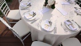 Tabelle al banchetto di nozze Decorazioni di nozze Nozze alla t stock footage