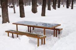 Tabelle anf Bänke im Schnee Stockfoto