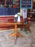 Tabelle auf Caféhintergrund Abbildung der roten Lilie Lizenzfreies Stockfoto