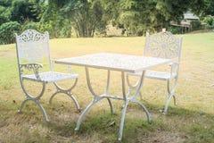 Tabelle auf Garten Lizenzfreie Stockfotografie