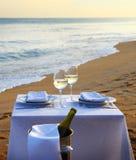 Tabelle auf Strand Stockfotos