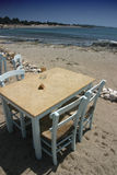 Tabelle auf Strand Stockbilder