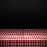 Tabelle bedeckt mit karierter Tischdecke Lizenzfreie Stockbilder