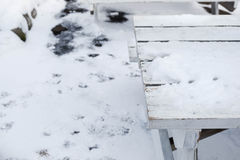 Tabelle bedeckt mit Schnee Stockfotos