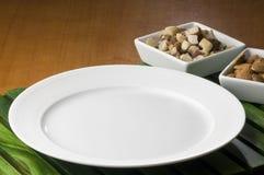 Tabelle bereitete sich mit verzierter weißer Platte vor lizenzfreie stockbilder