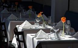 Tabelle bianche del panno del ristorante fotografia stock