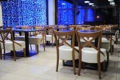 Tabelle in caffè Le luci nelle finestre Tempo di sera immagini stock libere da diritti