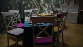 Tabelle con gli insiemi di tè in una piccola stanza di banchetto archivi video