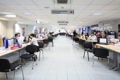 Tabelle con i computer per gli impiegati di concetto Fotografie Stock