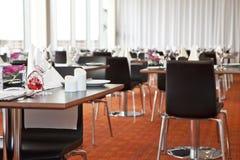 Tabelle con l'impostazione convenzionale in ristorante moderno Immagini Stock