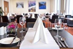 Tabelle con l'impostazione convenzionale in ristorante moderno Immagine Stock Libera da Diritti