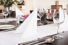 Tabelle con l'impostazione convenzionale in ristorante moderno Immagini Stock Libere da Diritti