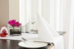 Tabelle con l'impostazione convenzionale in ristorante moderno Fotografia Stock