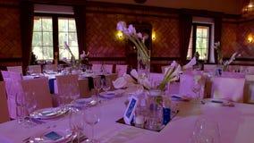 Tabelle con le sedie in ristorante archivi video