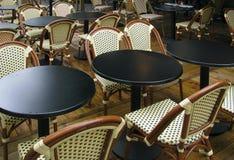 Tabelle del caffè nel giardino di tè con alcune gocce di pioggia Fotografia Stock