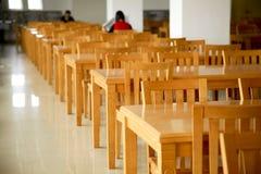 Tabelle delle biblioteche con le presidenze Fotografia Stock Libera da Diritti