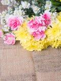Tabelle der Blumendekorationsanordnung Lizenzfreie Stockbilder