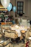 Tabelle in der feinen Gaststätte mit Platten und Nahrung Lizenzfreies Stockfoto