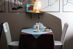 Tabelle in der Gaststätte Stockfotos