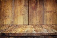 Tabelle des hölzernen Brettes der Schmutzweinlese vor altem hölzernem Hintergrund Bereiten Sie für Produktanzeigenmontagen vor Lizenzfreie Stockfotos