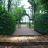 Tabelle des hölzernen Brettes der Weinlese vor träumerischer und abstrakter Parklandschaft Stockbild