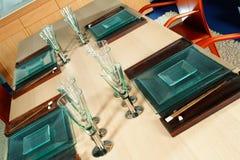 Tabelle des Wohnzimmers mit Haushalt Stockfotografie