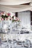 Tabelle di cena di ricevimento nuziale con i fiori Fotografia Stock