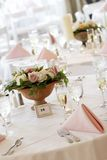 Tabelle di cerimonia nuziale impostate per pranzare fine Fotografie Stock Libere da Diritti