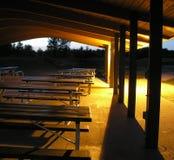 Tabelle di picnic dopo le ore Fotografie Stock Libere da Diritti