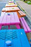 Tabelle di picnic rosa ed arancio blu Immagini Stock Libere da Diritti