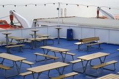 Tabelle di picnic sulla piattaforma della nave Fotografia Stock Libera da Diritti