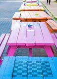 Tabelle di picnic variopinte con le scacchiere Fotografia Stock