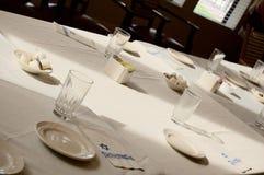Tabelle, die für ein jüdisches Sedar-Abendessen vorbereitet wird Lizenzfreie Stockbilder