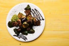Tabelle diente für eine im Restaurant oder im Café Traditionelle Küche stockfoto